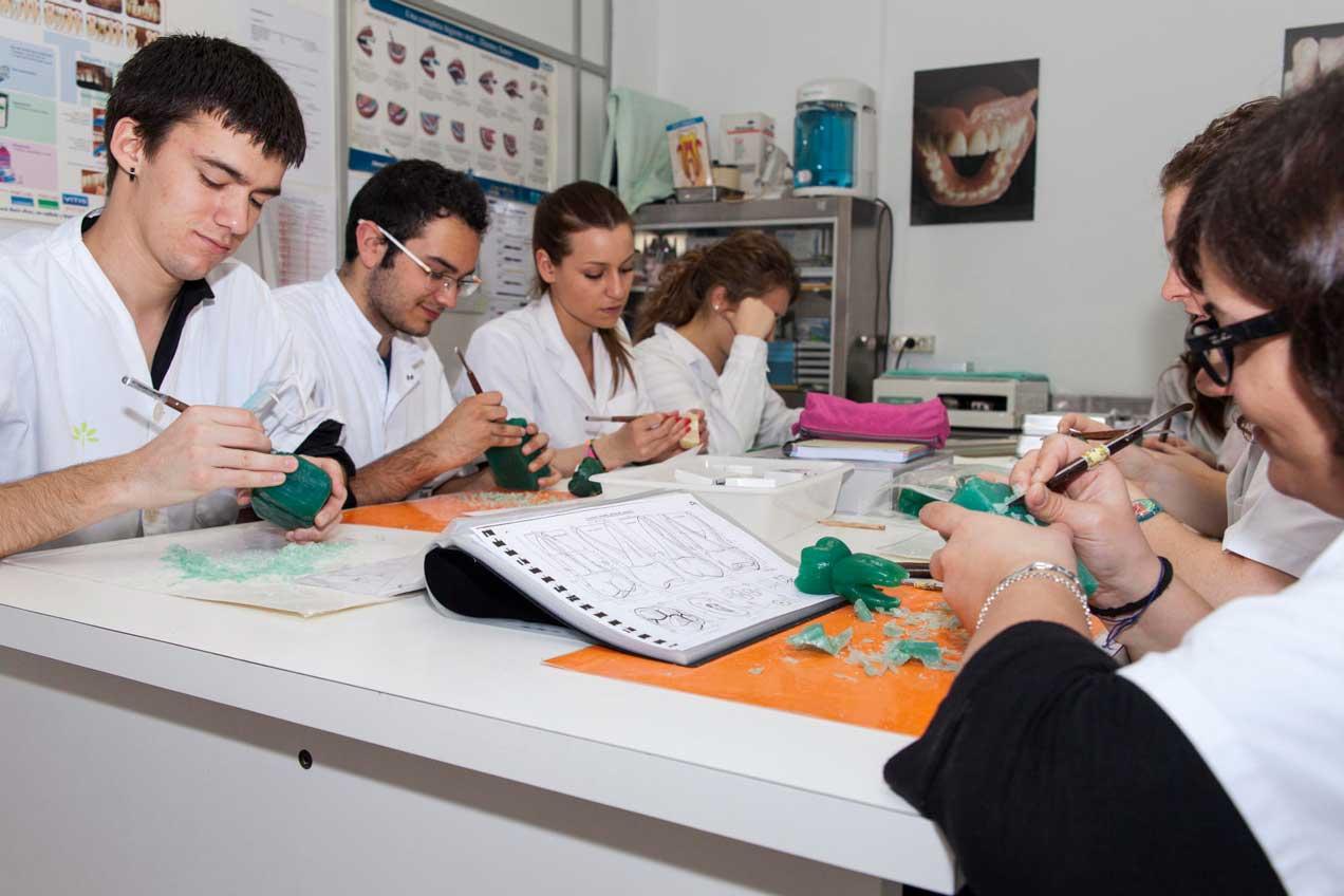 Escola Pejoan: FP de Higiene bucodental y protesis dentales